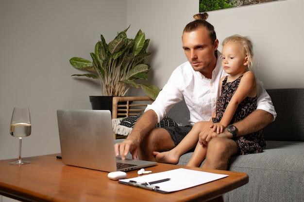 L'uomo lavora a casa. foto di alta qualità