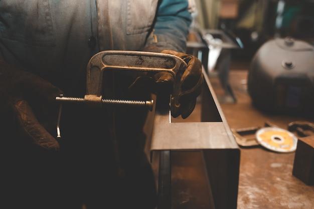 Человек работает с зажимами. концепция сталелитейного цеха