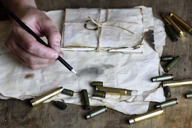 男はテーブルに手紙レトロ弾丸を書く
