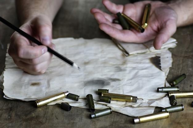 Человек писать письмо ретро пуля на столе