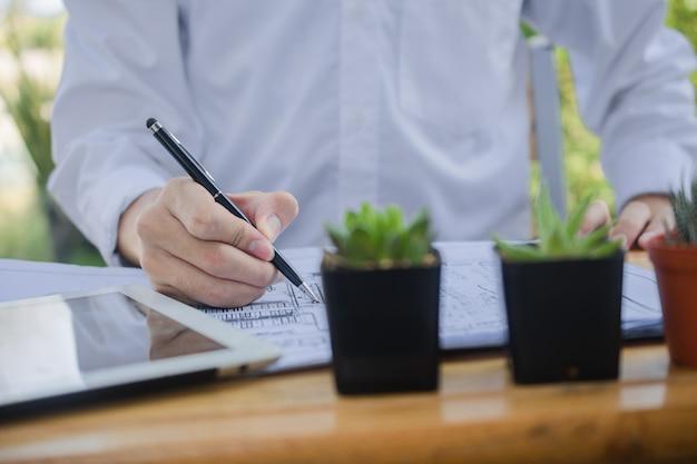 Человек написать на документ бизнес, работая на дому, концепция wfh, работая на дому остаться дома профилактический вирус короны 2019