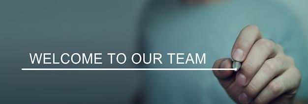 사람이 화면에 welcome to our team 텍스트를 씁니다.