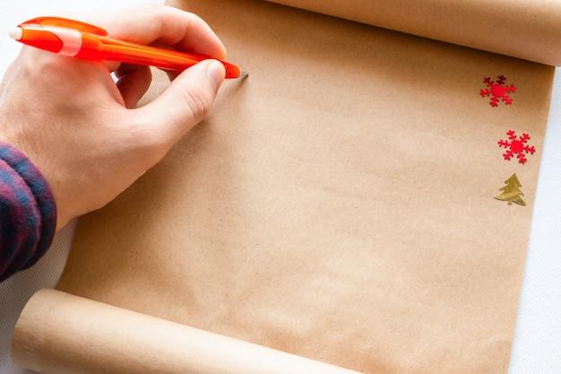 Человек пишет в свитке крупным планом