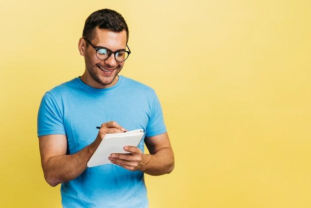 Человек пишет в своей записной книжке