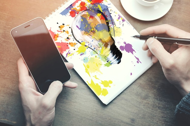 木製のテーブルに紙に書く男