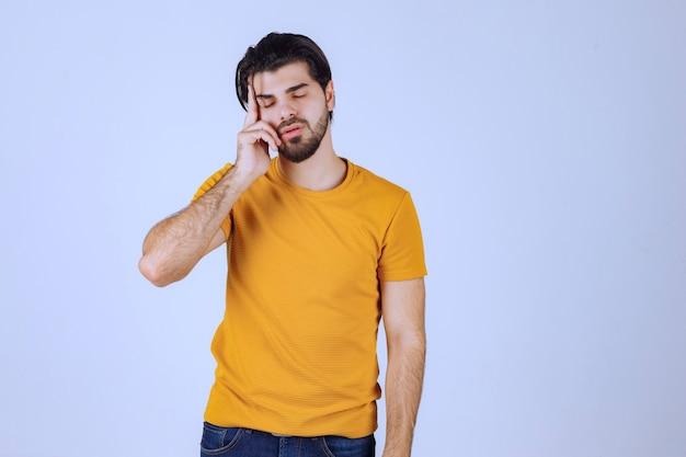 L'uomo in camicia gialla sembra dubbioso e pensante.