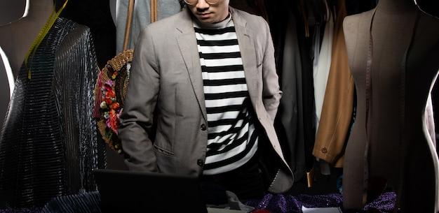 Модельер man в сером костюме проверяет порядок продажи