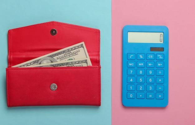 가족 예산을 관리합니다. 쇼핑 비용. 블루 계산기와 핑크 블루 파스텔 표면에 달러 지폐와 빨간 가죽 지갑. 평면도