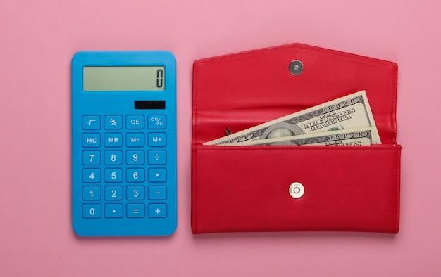 가족 예산을 관리합니다. 쇼핑 비용. 블루 계산기와 핑크 파스텔 표면에 달러 지폐와 빨간 가죽 지갑. 평면도