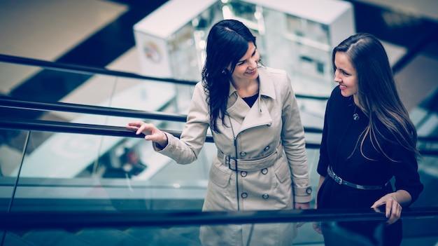 모 로비의 계단에 서 있는 매니저와 클라이언트
