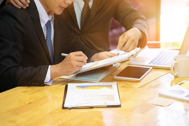 マネージャーはヴィンテージトーンの職場で新人の若いビジネスに相談します。