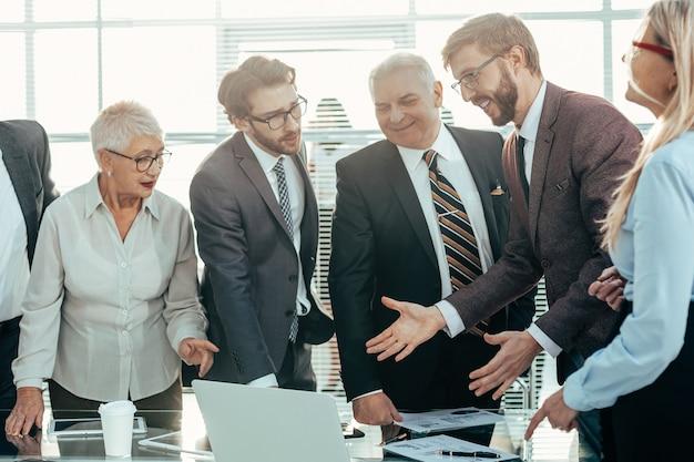 財務指標についてワーキンググループと話し合うマネージャー