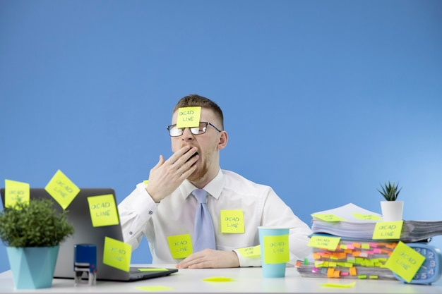 マネージャーは仕事に対応せず、あくびをします