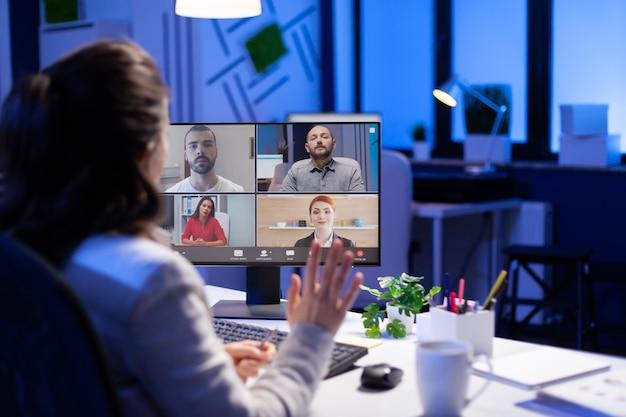 시작 비즈니스 사무실에서 Pc를 사용하여 자정 이후 기업 팀과 온라인 화상 회의 중 관리자 프리미엄 사진