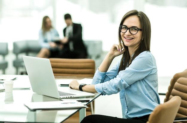 현대 사무실의 직장에서 재무 관리자