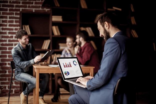 Manager finance는 노트북의 마케팅 그래픽과 함께 작동합니다.