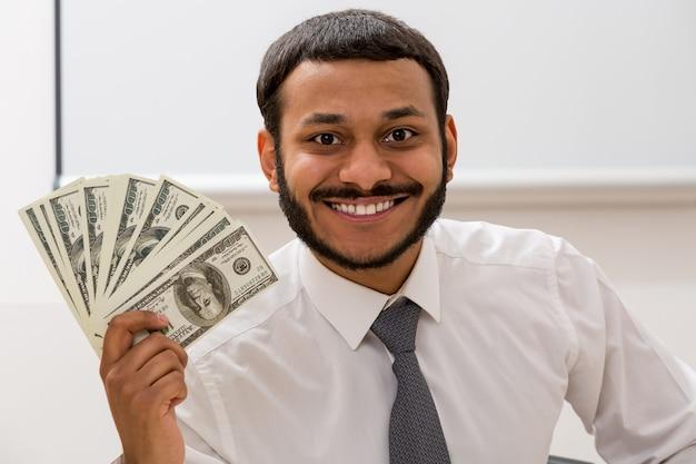 관리자는 손에 달러를 유지 점원은 급여를 받았다