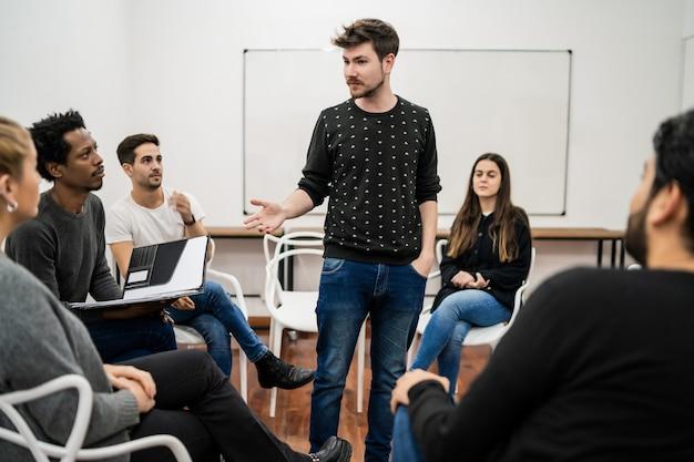 사무실에서 창의적인 디자이너 그룹과 브레인 스토밍 회의를 주도하는 관리자. 리더 및 비즈니스 개념