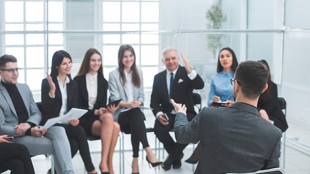 Менеджер, составляющий отчет для бизнес-команды