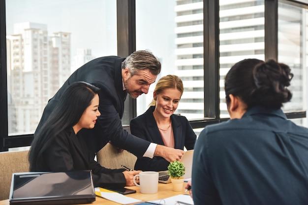 成功へのビジネスマーケティングを計画するビジネスチーム会議マネージャー