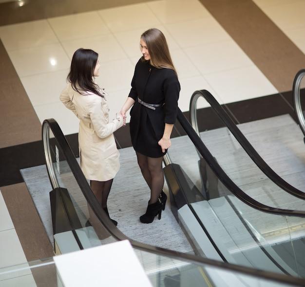 マネージャーは、現代のオフィスのロビーでクライアントに会います。