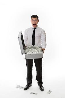 돈이 가득한 가방을 들고 머니맨에 만족하는 매니저