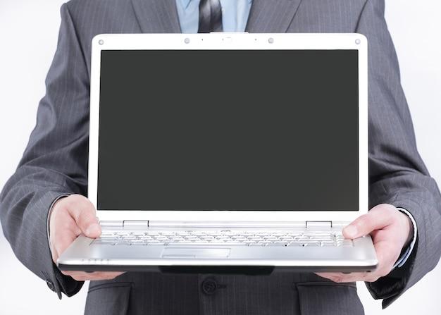 開いているラップトップを表示しているマネージャー。白い背景で隔離