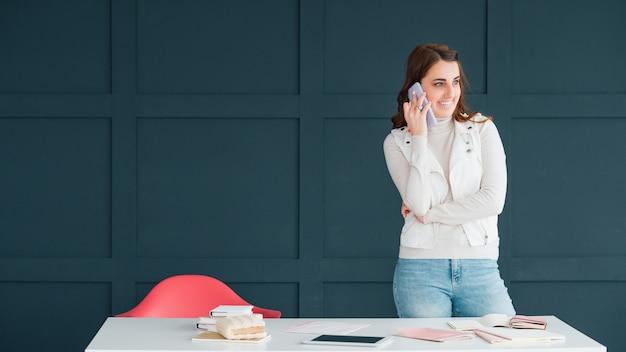 スマートフォンで話しているマネージャー。ビジネスコミュニケーション。