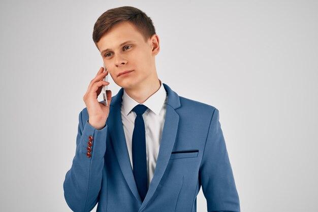 電話で話しているマネージャー専門職の役人