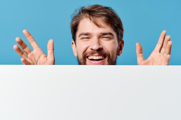 관리자 흰색 광고판 광고 복사 공간 파란색 배경입니다. 고품질 사진