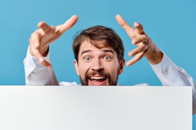 孤立した背景を宣伝する手でマネージャーの白いモックアップポスター。高品質の写真