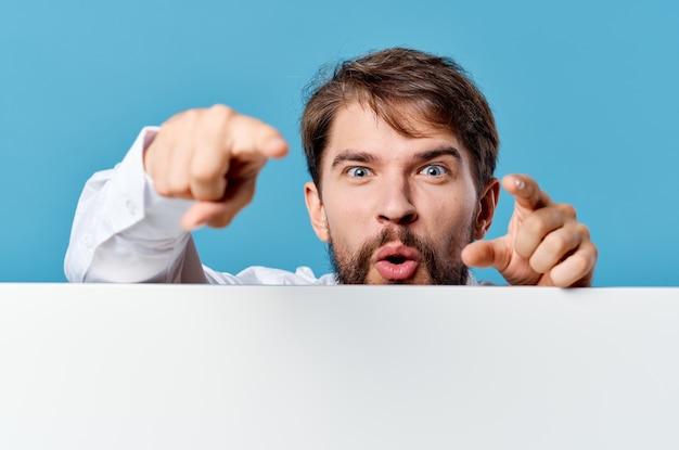孤立した背景を宣伝する手でマネージャーの白いモックアップポスター