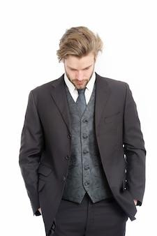 真面目な顔に髭を生やしたマネージャー。ビジネスと成功。ファッションと美容。白で隔離のフォーマルな服装の男。黒のジャケットを着たビジネスマンまたは最高経営責任者。