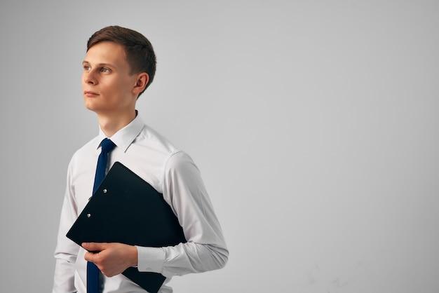 手にドキュメントを持つマネージャープロの仕事起業家オフィス