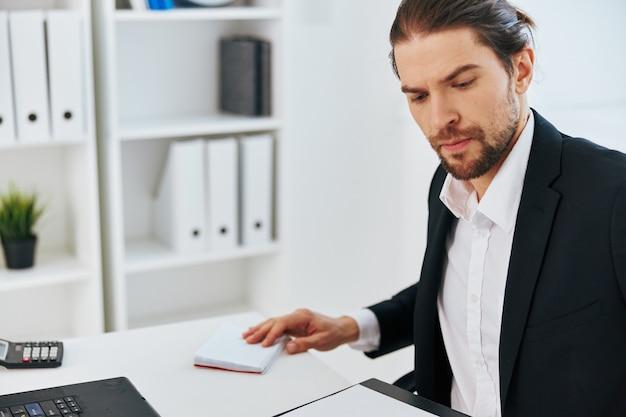 Рабочий процесс менеджера в офисе документирует эмоции начальника