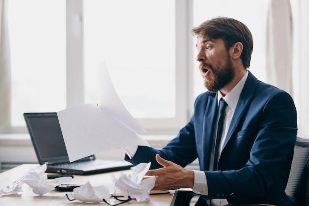 Менеджер, работающий за ноутбуком в офисе, эмоции, недовольство технологиями