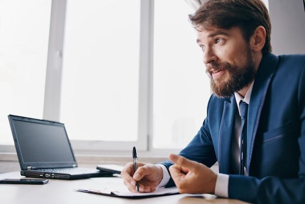 オフィスの感情の公式でラップトップのために働いているマネージャー。高品質の写真