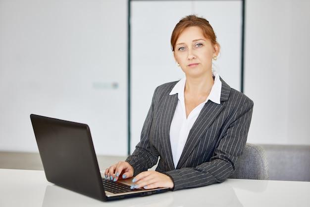 관리자는 작업 캐비닛에서 원격 근무 중에 노트북을 사용하여 작업합니다.