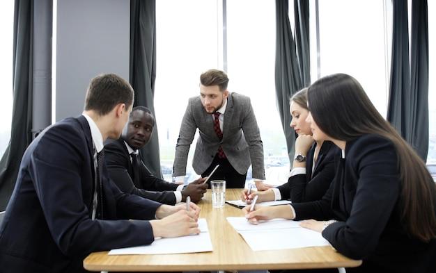 회의에서 그의 직원들에게 고함을 지르는 관리자. 회사가 침체에 빠졌습니다.