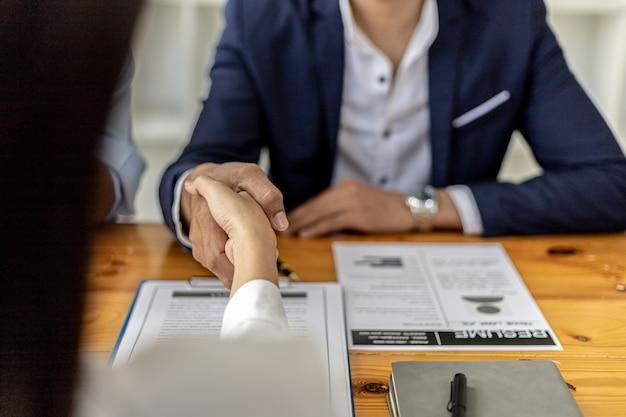면접 후 매니저와 구직자들이 악수를 하고, 회사와 함께 일할 인재를 찾기 위한 면접, 함께 일할 인재를 찾습니다. 모집 및 면접의 개념입니다.