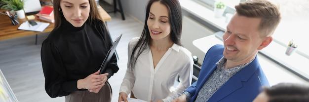 관리자는 비즈니스 분석 및 마케팅 계획 수립에 대한 교육을 받습니다.