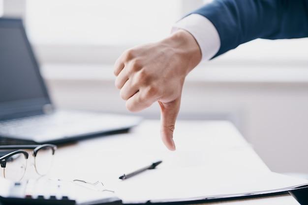 握手するマネージャーは、オフィスのラップトップ関係者との取引に成功しました。高品質の写真