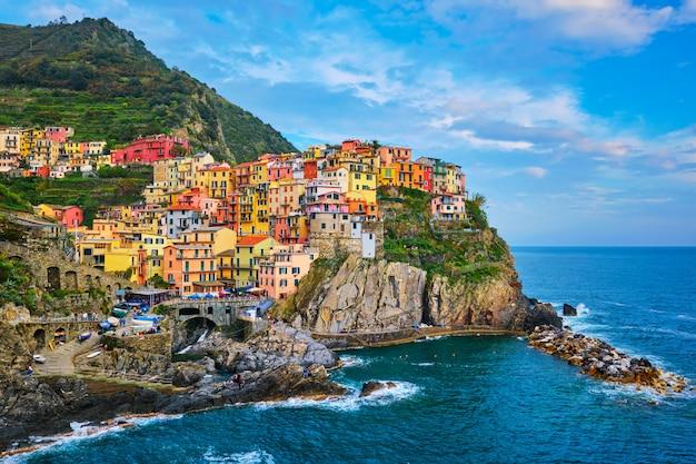 Manarola村人気のイタリアのイタリアの観光地でチンクエテッレ国立公園ユネスコ世界遺産、イタリア、リグーリア州、日没