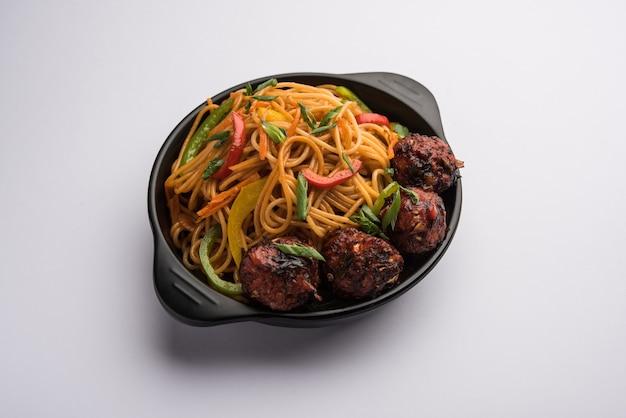 Manchurian hakka 또는 schezwan 국수, 인기 있는 인도차이나 음식은 그릇에 제공됩니다. 선택적 초점