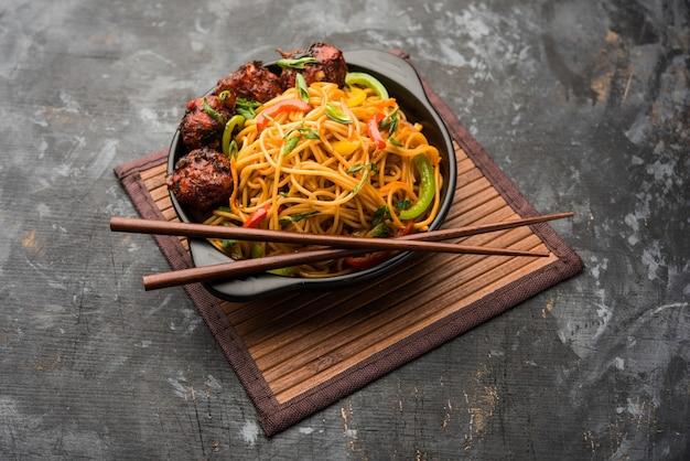 Manchurian hakka 또는 schezwan 국수, 그릇에 제공되는 인기 있는 인도차이나 음식