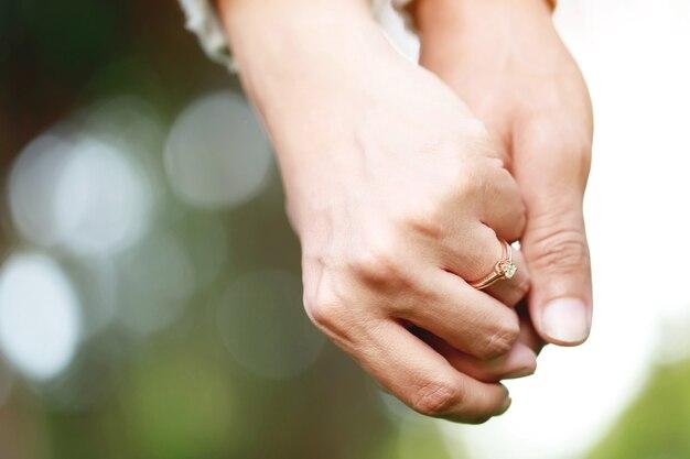 手をつなぐ男と女