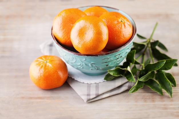 빈티지 나무 배경에 그릇에 만다린 과일