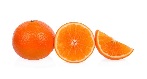 Мандарин апельсин, изолированные на белом фоне