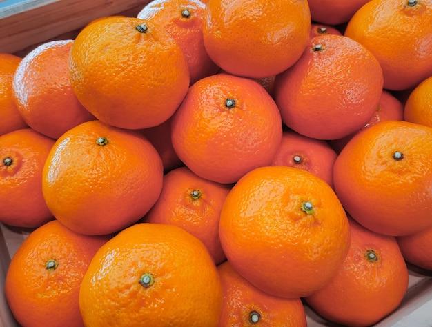 Апельсины мандаринов на прилавке в супермаркете
