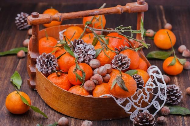 贈り物としてのみかん。伝統的なクリスマスの装飾。